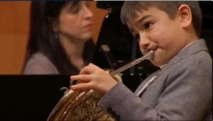 Alumno tocando a trompa