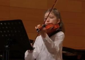 Foto de alumna tocando a viola
